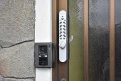 カメラ付きインターホンと玄関の鍵の様子。(2018-02-21,周辺環境,ENTRANCE,1F)