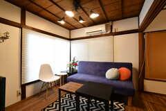 リビングの様子。ソファが設置されています。(2018-02-21,共用部,LIVINGROOM,1F)