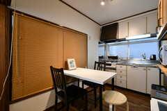 キッチン側にはダイニングテーブルが設置されています。(2018-02-21,共用部,LIVINGROOM,1F)
