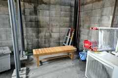 喫煙所の様子。2Fに住む外国人との交流も生まれるかも。(2009-01-23,共用部,OTHER,1F)
