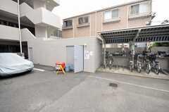 マンションのゴミ置場と自転車置場の様子。ゴミはいつでも出すことが出来る。(2009-05-19,共用部,GARAGE,1F)