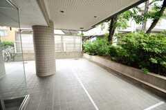 マンションの正面玄関横にある自転車置場の様子。(2009-05-19,共用部,GARAGE,1F)
