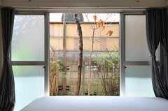 掃き出し窓の外は共用の庭です。(102号室)(2013-04-15,専有部,ROOM,1F)