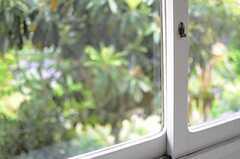昔ながらのネジ締め錠がイイ雰囲気です。(202号室)(2013-04-15,専有部,ROOM,2F)