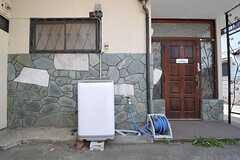 洗濯機は玄関脇の屋外に設けられています。(2013-04-15,専有部,ROOM,1F)
