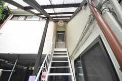 階段を上がるとシェアハウスの正面玄関。(2009-08-24,周辺環境,ENTRANCE,1F)