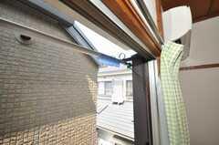 専有部の様子6。洗濯物も窓の外に干せます。(201号室)(2009-08-24,専有部,ROOM,2F)