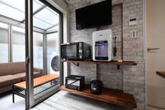 TVの下にはオーブンレンジ、トースター、炊飯器、ウォーターサーバーが設置されています。(2018-10-17,共用部,KITCHEN,1F)