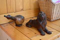 ベンチと木彫りの動物たちは手づくりです。オーナーさんは木工職人なんだとか。(2013-09-26,共用部,LIVINGROOM,1F)