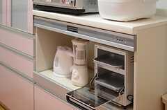 食器棚にまとめられたキッチン家電。(2013-09-26,共用部,KITCHEN,1F)