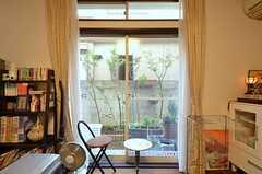 掃き出し窓の外は小さな庭になっています。(2015-02-12,共用部,LIVINGROOM,1F)
