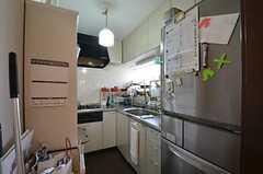 キッチンの様子。オーナーさんも一緒に使用します。(2015-02-12,共用部,KITCHEN,1F)