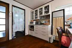 のれんの先はキッチンです。キッチンの脇に食器棚が設置されています。(2018-07-24,共用部,LIVINGROOM,1F)