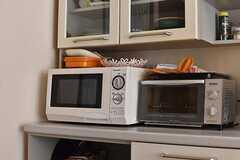 食器棚の下に電子レンジとオーブントースターが置かれています。(2018-07-24,共用部,KITCHEN,1F)