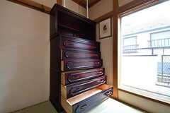 和箪笥(わだんす)が用意されています。箪笥の脇の窓からベランダへ出ることができます。(204号室)(2018-07-24,専有部,ROOM,2F)