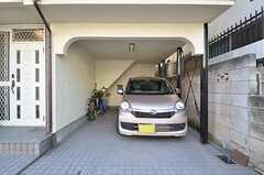駐車場の様子。オーナーさんの車が停まっています。自転車も停められます。(2015-02-12,共用部,GARAGE,1F)