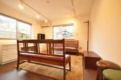 シェアハウスのラウンジの様子2。家具は見事なアンティーク。(2010-02-12,共用部,LIVINGROOM,1F)