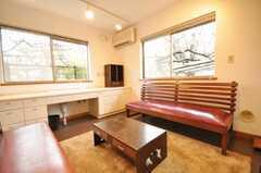 シェアハウスのラウンジの様子6。窓には電動シャッターが付いています。(2010-02-12,共用部,LIVINGROOM,1F)