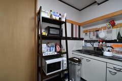 キッチン脇に収納棚が設置されています。収納棚にはキッチン家電が置かれています。(2017-07-04,共用部,KITCHEN,4F)