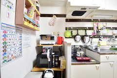 キッチン脇が収納棚です。収納棚にはキッチン家電が用意されています。(2016-12-20,共用部,KITCHEN,3F)