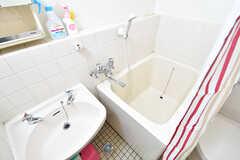 バスルームの様子。バスルームの脇に洗面台が設置されています。(2016-12-20,共用部,BATH,3F)