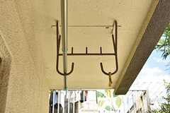 ベランダは物干し金具が設置されています。(2017-09-19,専有部,ROOM,1F)