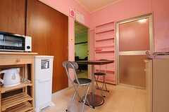 リビングの様子。左手に部屋が並んでいます。(101号室・102号室専用)(2014-03-19,共用部,LIVINGROOM,1F)