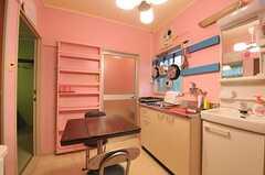 リビングの様子2。奥にバスルームがあります。(101号室・102号室専用)(2014-03-19,共用部,LIVINGROOM,1F)