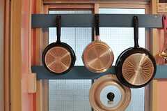 窓にはキッチンツールが引っ掛けられるよう板が設置されています。(101号室・102号室専用)(2014-03-19,共用部,KITCHEN,1F)