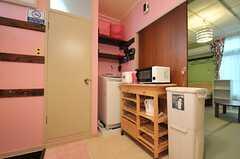 水まわり設備の様子。左手のドアはトイレです。(101号室・102号室専用)(2014-03-19,共用部,OTHER,1F)