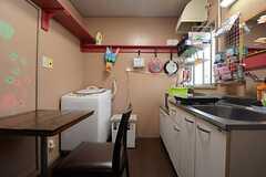 専用のキッチンとダイニング。(103・104号室専用)(2014-08-19,共用部,LIVINGROOM,1F)