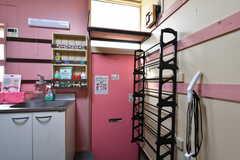 内部から見た玄関まわりの様子。シューズラックが設置されています。(105・106号室専用)(2020-08-27,周辺環境,ENTRANCE,1F)