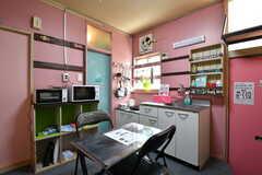 リビングの様子2。キッチンが併設されています。(105・106号室専用)(2020-08-27,共用部,LIVINGROOM,1F)