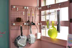 キッチンツールは引っ掛けて収納します。(105・106号室専用)(2020-08-27,共用部,KITCHEN,1F)