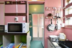 キッチンの隣が脱衣室。水まわり設備が集まっています。(105・106号室専用)(2020-08-27,共用部,OTHER,1F)