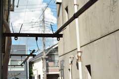 窓の外には物干し竿が設置されています。(105号室)(2020-08-27,専有部,ROOM,1F)