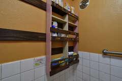 壁には収納棚が設置されていて、シャンプーグッズを収納することができます。(2018-10-10,共用部,BATH,1F)