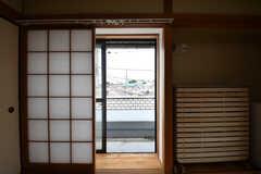 掃き出し窓の様子。ベランダはL字型で二面窓のどちらからもベランダに出られます。(301号室)(2019-08-20,専有部,ROOM,3F)