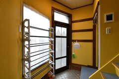 内部から見た玄関まわりの様子。シューズラックが設置されています。(2020-08-06,周辺環境,ENTRANCE,1F)
