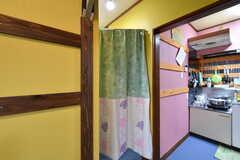 カーテンの奥が脱衣スペースです。(2020-08-06,共用部,BATH,1F)