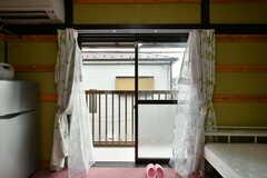 掃き出し窓からはベランダに出られます。(201号室)(2020-08-06,専有部,ROOM,2F)