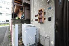 玄関前に洗濯機が設置されています。(2020-08-06,共用部,LAUNDRY,1F)