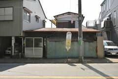 シェアハウスの近くにあるバス停。地下鉄成増駅行のバスが停まります。(2020-08-06,共用部,ENVIRONMENT,1F)
