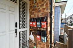玄関脇には専有部ごとの郵便受けが用意されています。(2020-06-04,周辺環境,ENTRANCE,1F)