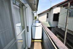 ベランダに設置された洗濯機の様子。(2020-06-04,共用部,LAUNDRY,2F)