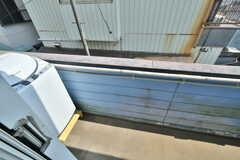 ベランダの様子。ダイニング側から使用できる共用の洗濯機が設置されています。(206号室)(2020-06-04,専有部,ROOM,2F)