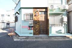玄関の様子。玄関ドアの脇に郵便受けが設置されています。(2020-02-03,周辺環境,ENTRANCE,1F)