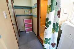 バスルームの脱衣室の様子。脱衣室とダイニングはシャワーカーテンで仕切られています。(2020-02-03,共用部,BATH,1F)