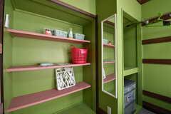 収納棚の様子。全室、姿見が設置されています。(201号室)(2020-02-03,専有部,ROOM,2F)