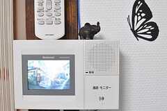 インターホンの受信機の様子。タイのムードを醸すゾウの置物が飾られています。(2014-03-04,共用部,LIVINGROOM,1F)